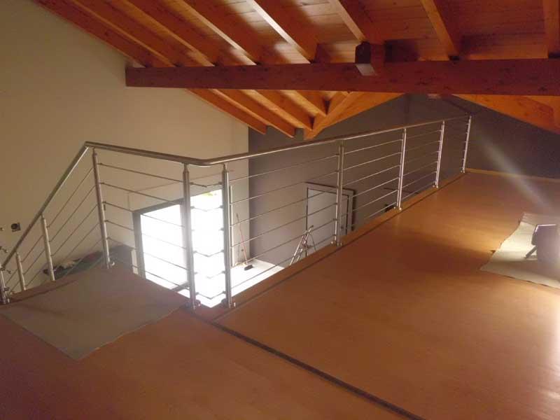 05.Colonna in tubolare Fissaggio a pavimento - Basic M015-M011 Esempio di impiego con costruzione a disegno per la giunzione di corrimano e tondini tra rampa e piano