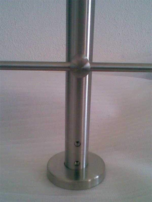 Dettaglio sui fori in vista dopo installazione alla base di una colonna art.M501051034 con rosetta di copertura 62522