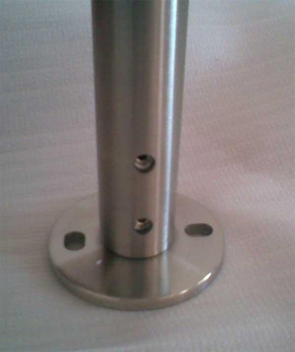 Dettaglio sui fori in vista dopo installazione alla base di una colonna art.M501051034 senza rosetta di copertura 62522