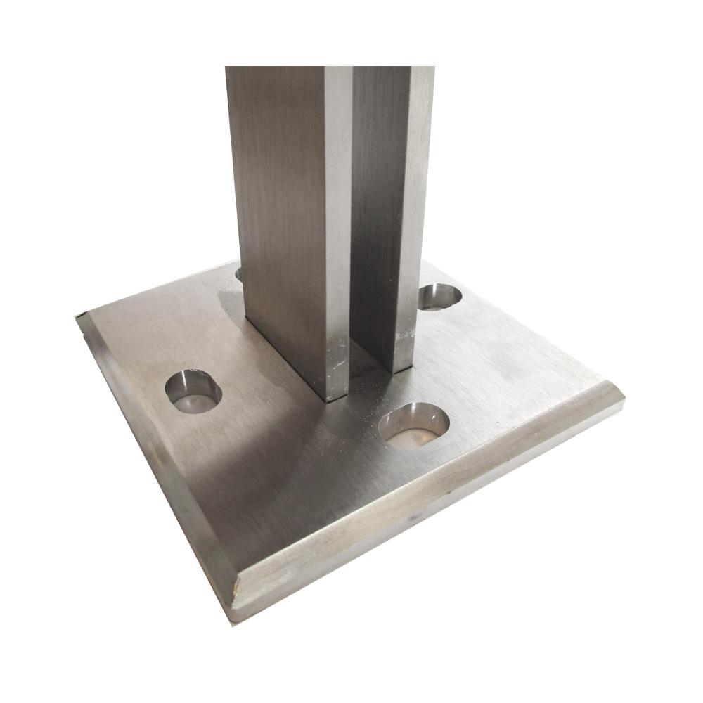 Dettaglio piastra di fissaggio: sul piantone è saldata una piastra di ancoraggio con 4 fori asolati Ø10,5 mm.Si potrà in questo modo scegliere se utilizzare per l'ancoraggio i due fori in linea parallela oppure ortogonale al corrimano.
