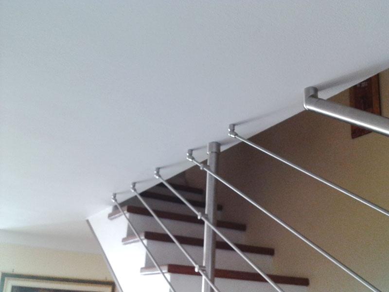 04. Ancoraggio a soffito di un corrimano Ø42.4 con snodo 68803; i tondini Ø10 mm sono ancorati a soffitto con i fissaggi snodati art. 63360