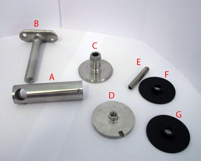 Componenti del sostegno corrimano inox per vetro 67796.  A - Elemento orizzontale B - Perno verticale con testa snodata e sella (la sella non è avvitata e non si può staccare dallo snodo) C - Disco di ancoraggio D - Coperchio E - Grano M8 F/G - Guarnizioni